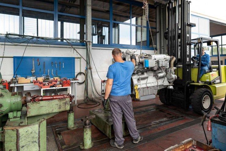 Collocamento motore Detroit Diesel nel banco prova
